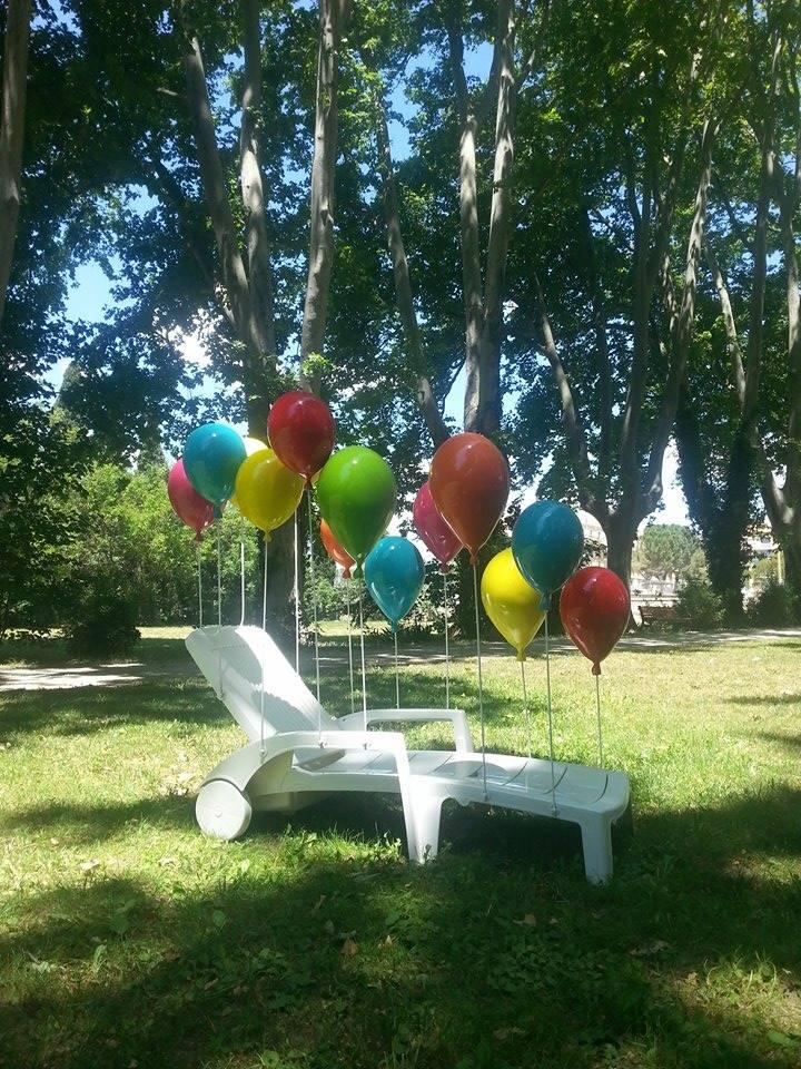 Elisa Fantozzi, En Hommage à Larry Waters, transat en plastique entouré de 13 ballons en résine montés sur des tiges métalliques, produit en 2008 avec le soutien de la Région Languedoc Roussillon, ©DR.