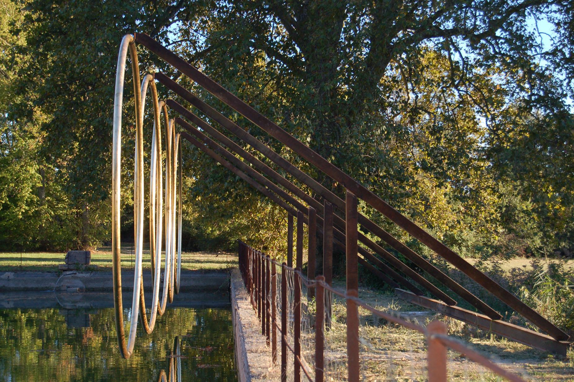 Frédérique Nalbandian : Mirage - Structure en métal, dorure à la feuille  Chaque cercle : diam. 350 cm 1750 cm x 380 cm x 600 cm, courtesy Anna Giordano.
