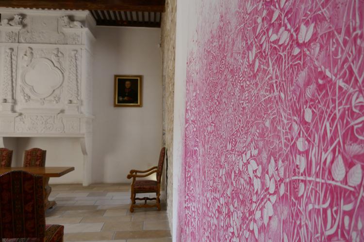 """Dominique Castell, """" El jardin"""", 2013, détail, crayon de couleur et soufre d'allumette sur papier en rouleau, 350 x 4 m, salle des mariages, vue de l'exposition """" Les salles oubliées """", Château des Remparts, Trets Capitale Départementale de la Culture 2017"""