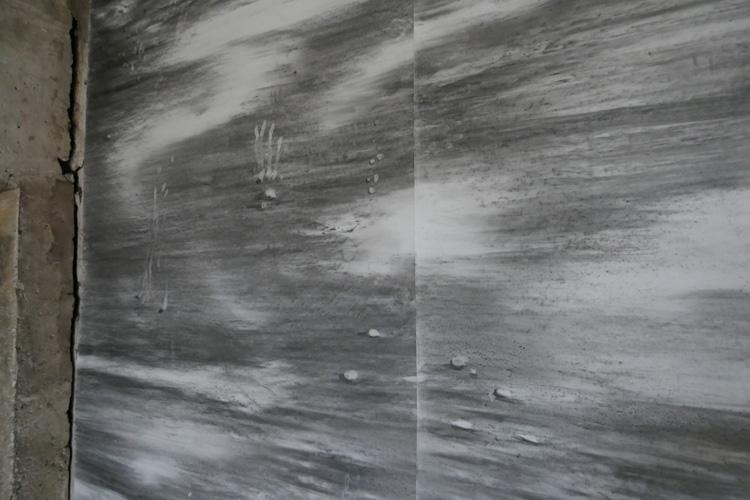 """Dominique Castell, """" Grande réserve """", 2017, détail, fusain et poussière du château sur papier en rouleau, 4 x 7,50 m, vue de l'exposition """" Les salles oubliées"""", Château des Remparts, Trets Capitale départementale de la Culture 2017"""