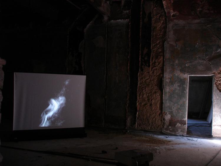 """Dominique Castell, """" Volupté """",  2017, vidéo 6'46'', vue de l'exposition """"Les salles oubliées"""", Château des Remparts, Trets Capitale départementale de la Culture 2017"""