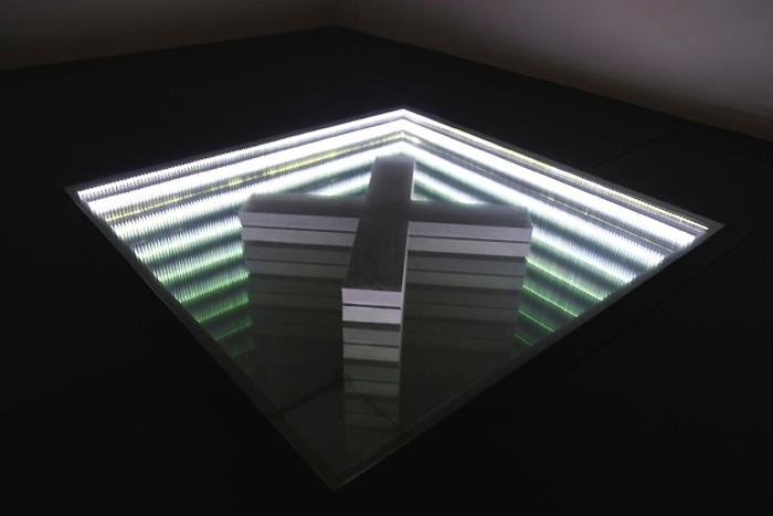 """Franck Lesbros, """" Holyground Square """", 2014, néon, plaque de verre, matériaux divers, crédit photographique : frédéric Trialon."""