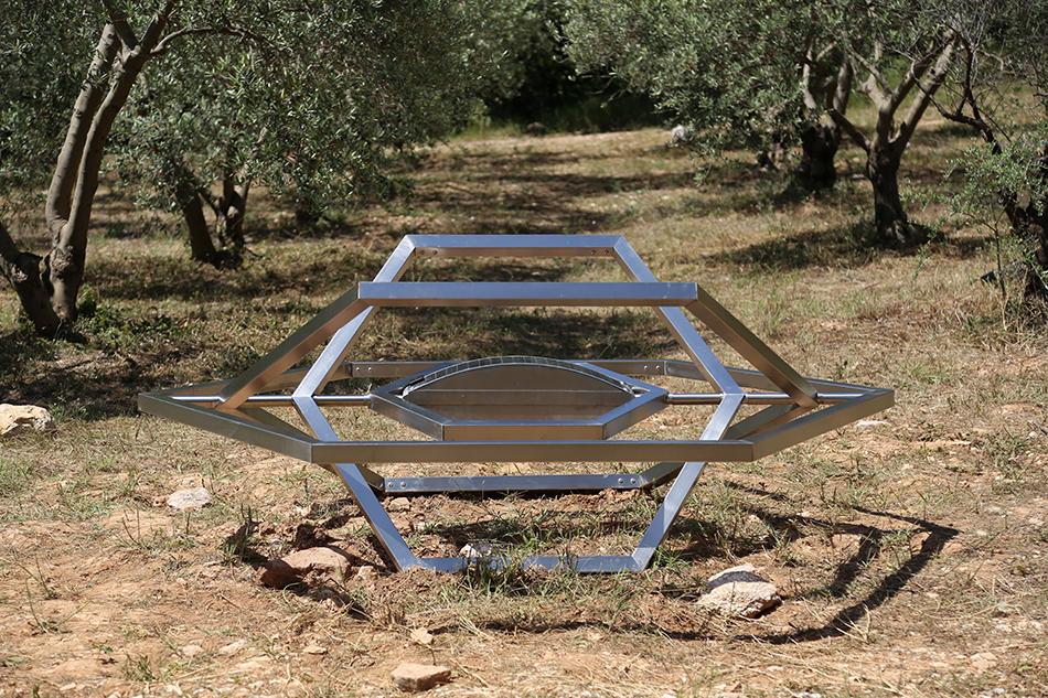 """Jennifer Caubet, """" Utopia """", 2014, acier inoxydable, panneau solaire, routeur modifié, portail captif, 220X200X120cm, courtesy de l'artiste."""