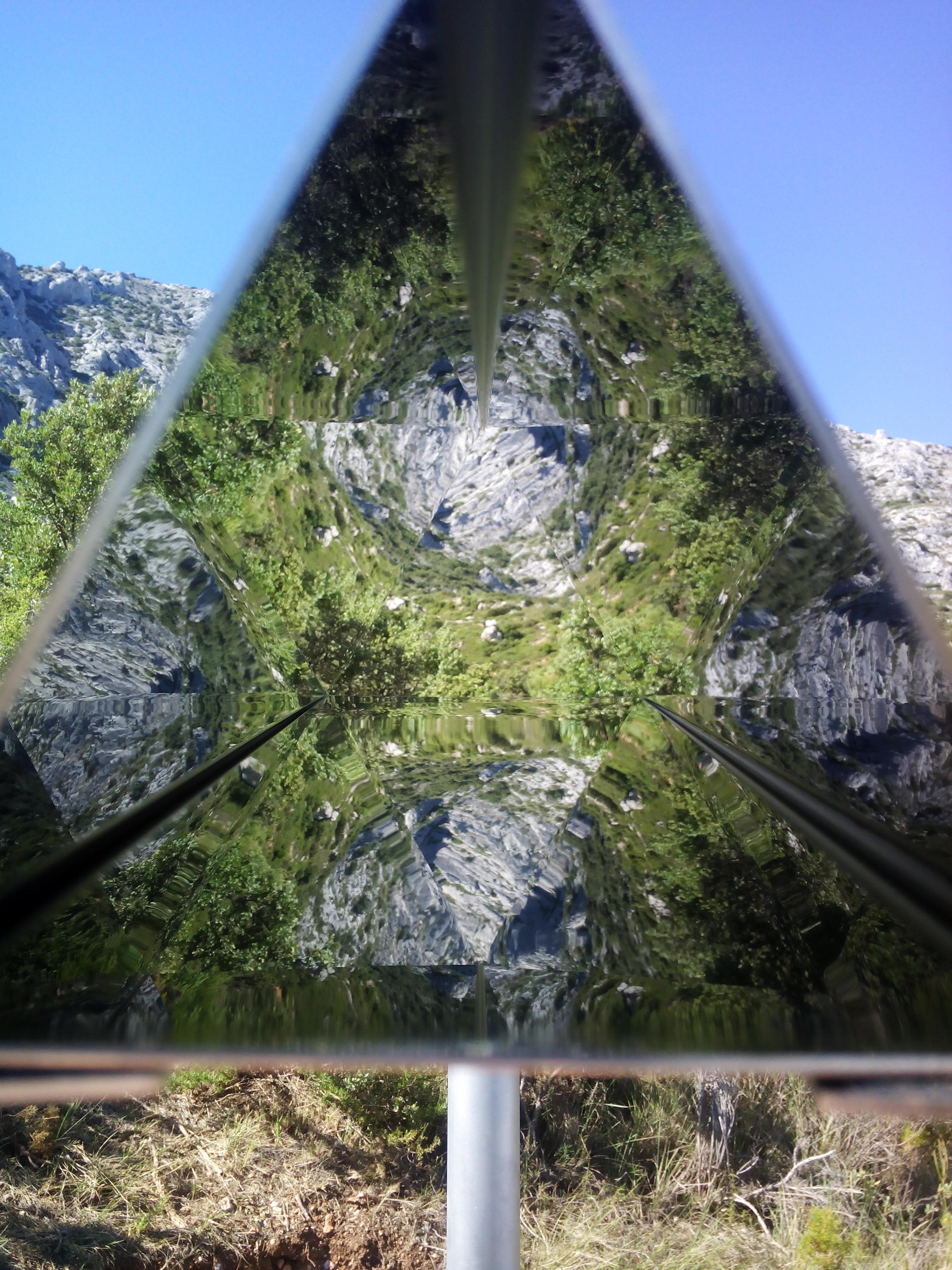 """Esther Kokmeijer, """" A mountain destroyed itself at the same pace as in it was created """" (Une montagne s'auto-détruit à la même vitesse qu'elle a été créée), 2014, inox poli, métal, 200X150 cm, courtesy de l'artiste."""