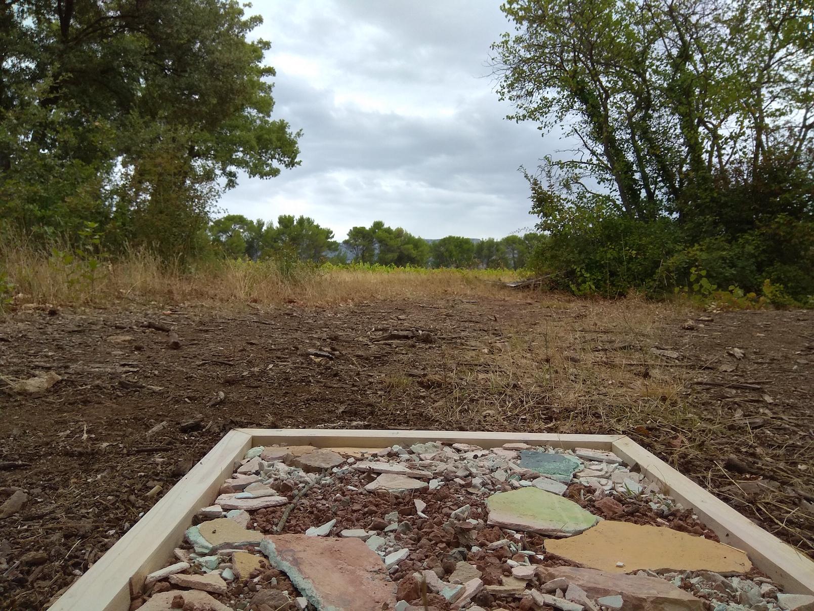 """Masahiro Suzuki, """" Balises """" 4/5, réalisée sur le parcours de balade, vue sur le panorama environnant, Domaine du Défend, Rousset"""