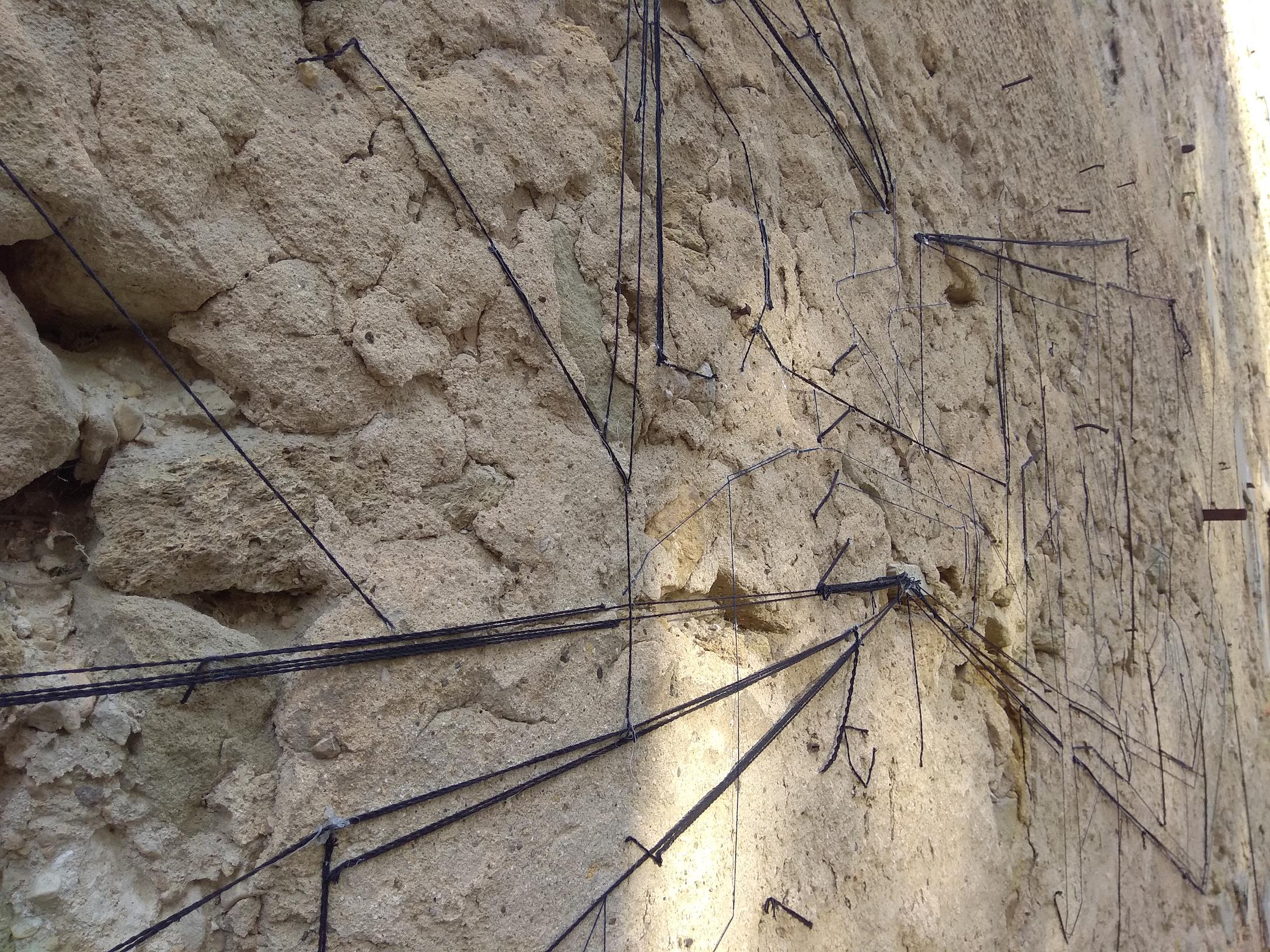 """Keita Mori, """" Network """", 2017, détail, fil, colle, mur ancienne centrale Saint-Chamas, cour extérieure, œuvre semi pérenne"""