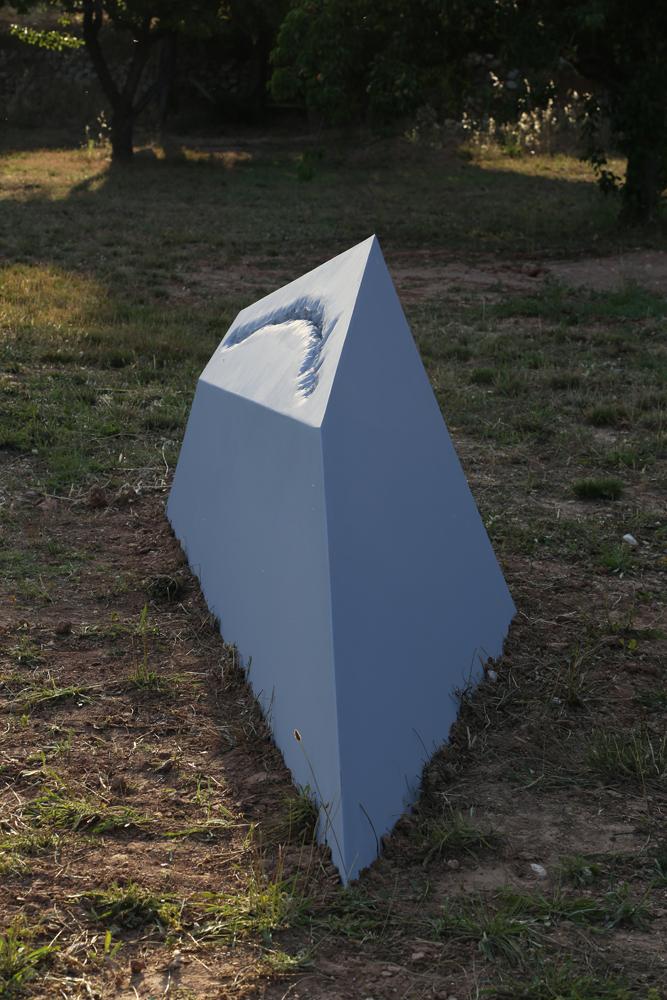 """Anabelle Soriano, """" Polyèdres Karstiques """", 2014, bois, résine acrylique, peinture, 4 modules de 120x120x80 cm à 410x90x90 cm, courtesy de l'artiste."""