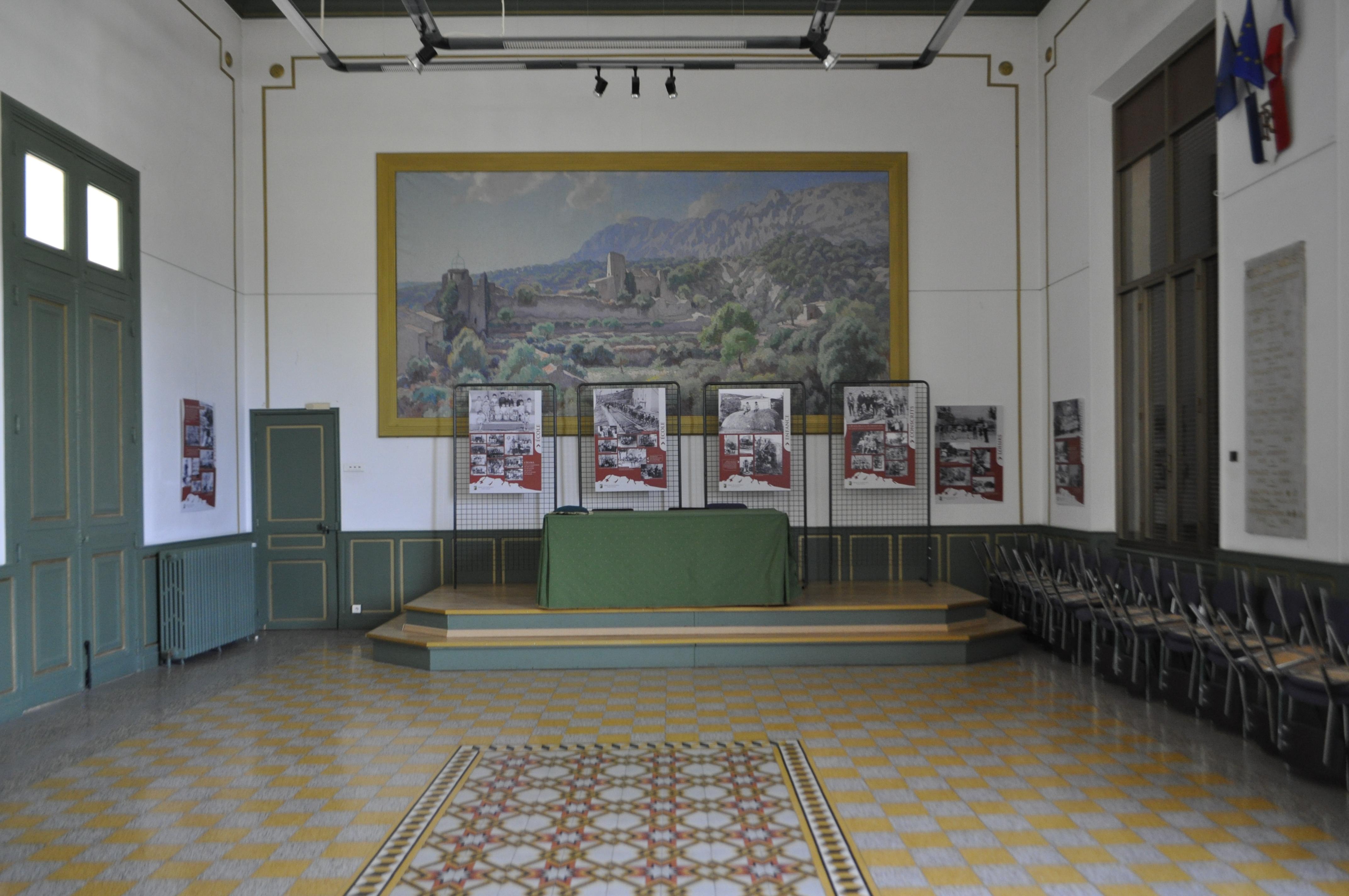 """Elena Costelian, """" Panorama Sainte-Victoire """", 2014, photographie, vue à partir du village de  Puyloubier : Salle des mariages mairie de Puyloubier, courtesy de l'artiste"""