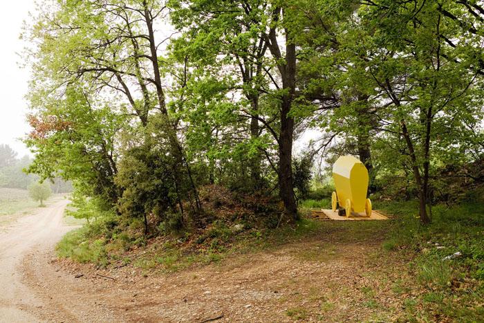 Alain Domagala : Nous voyagerons debout, 2013 -  bois, peinture, 260 x 320 x 310 cm - © Jean-Christophe Lett.